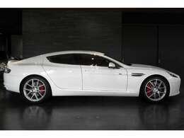 上品で滑らかなボディ造形が際立つ、「ストラタスホワイト」となります。オシャレに乗りこなしたい!というお客様にはうってつけのお車となります。