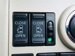 【両側電動スライドドア】ワンタッチで楽々乗り降りが可能!両手に荷物を抱えている時でもボタンひとつで開閉出来ますので、お買い物にもとっても便利!小さなお子様がいるご家庭には定番の人気装備です♪
