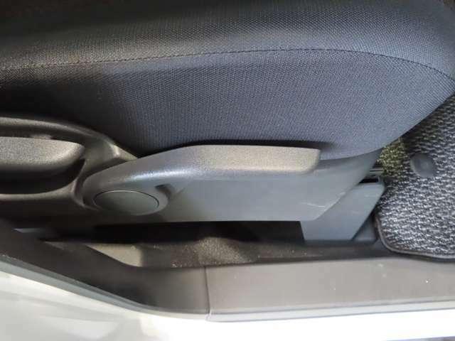 運転席にはレバーでシート高さを調節できるハイトアジャスターを装備☆、体格に合わせたポジションを設定できます。