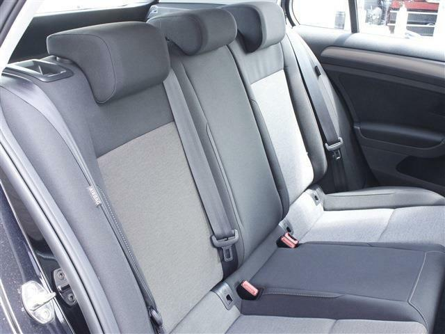 後部座席も上質なシートでしっかりとした造りになっております!