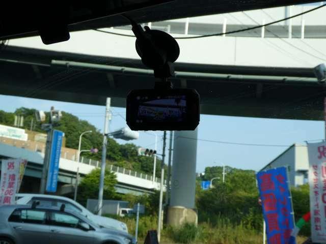 Aプラン画像:ドライブレコーダーを装着します。前方を録画しているので、万が一の時に役に立ちます。過失割合でモメそうな時にはドライブレコーダーが証拠となります。これで安心の人気装備です。