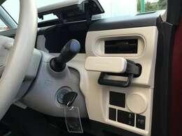 運転席前のアッパーボックスとカップホルダーです