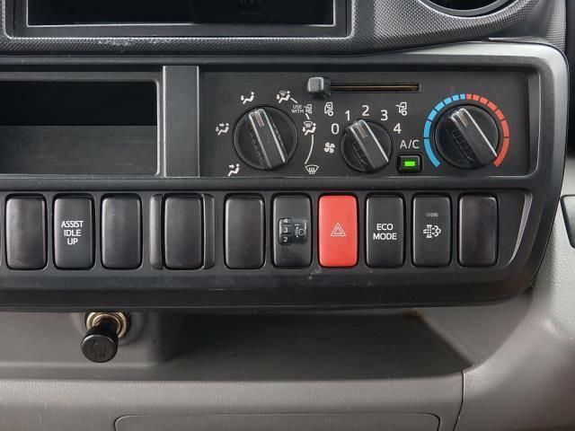 【インパネセンター部】エアコン操作パネルと坂道・重積載時に使用するアシストアイドルアップスイッチ、ヘッドライトの高さを調節するライトレベライザー、ECOモードスイッチと排出ガス浄化装置スイッチです♪
