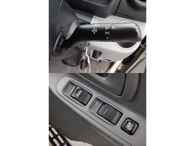 【ハンドルコラム部(写真上)】ヘッドライトスイッチです。/【運転席ドアパネル(写真下)】運転席・助手席のパワーウィンドー操作パネルです♪