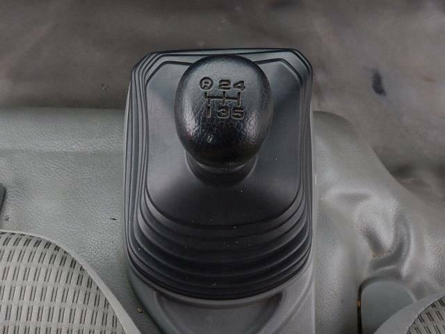 【運転席・助手席間】フロアタイプの5速MTです♪