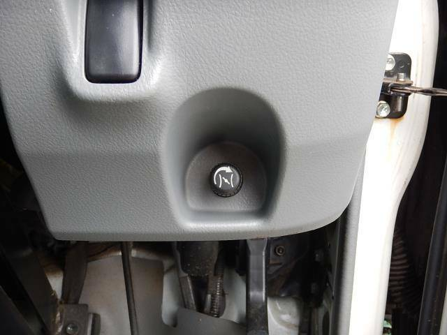 【運転席側インパネ】暖気運転時に使用するスロットルノブです♪