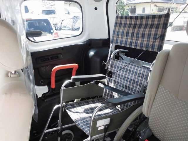車いす利用者も安全に乗車できるよう、3点式シートベルトや手すりが付いています。