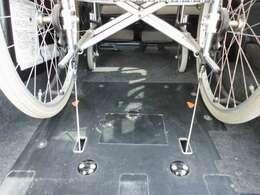 ワイヤーフック式の電動固定装置で、車いすの固定が簡単にしっかり行えます。