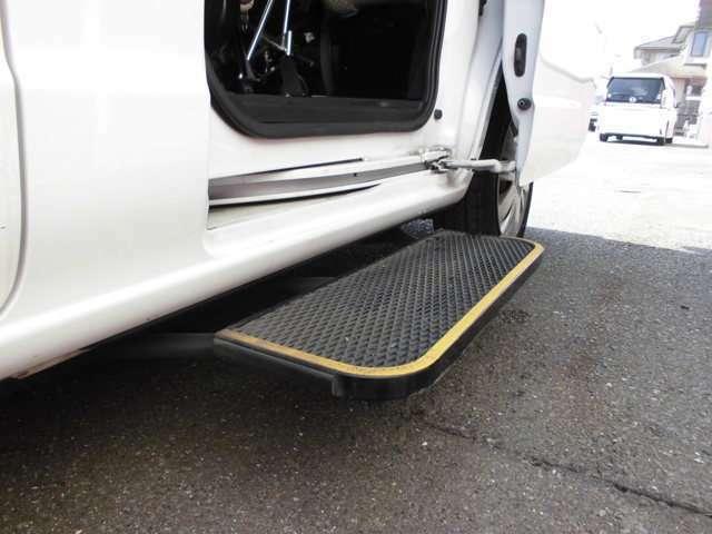 スライドドアの開閉に連動して自動でせり出すオートステップ。車内に出入りする際の段差を低くして、足腰の負荷を軽減してくれます。