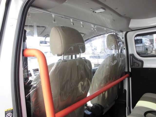 ウィルス感染防止対策として、1列目シートと後部座席の間に抗菌ビニールカーテンを設置しています。