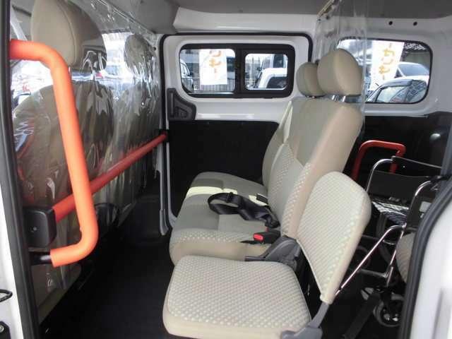 2列目には、2人掛けベンチシート+折りたたみ式補助シートで3名が座れます。