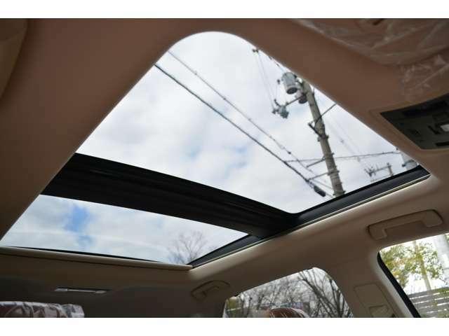 ■メーカーオプションのパノラマルーフが装備されており、車内に心地いい開放感を与えてくれます。
