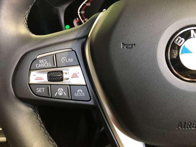 高速道路渋滞時ハンズオフアシスト:高速道路を走行中、一定の条件であればアシストシステムを起動させドライバーがステアリングから手を離しても車がステアリングを自動的に操作しながら運転を継続します。