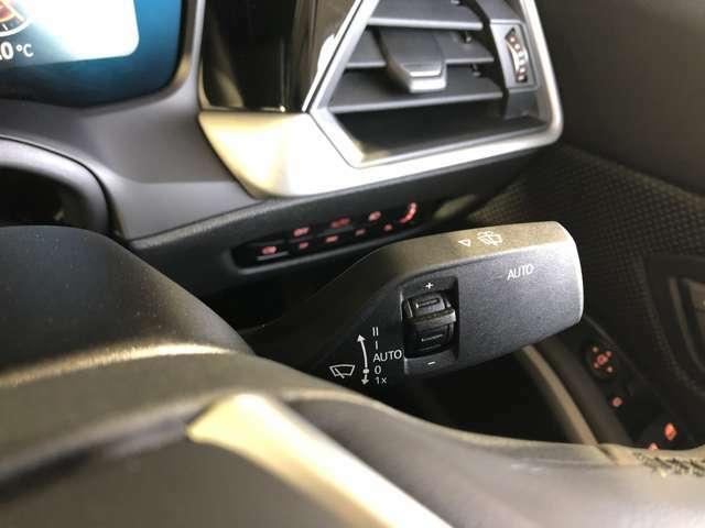オートワイパー:フロントガラスについているレインセンサーで雨の量を感知し自動的にワイパーを作動させます。