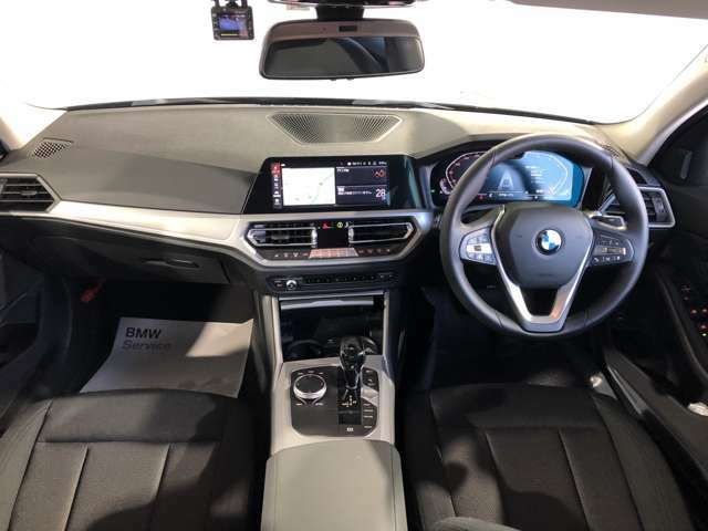 ドライバーオリエンテッドなコックピットデザイン 表示系、操作系をドライバー側に傾けるなど、より安全により快適にドライブを愉しんでいただけます。BMWドライバーオリエンテッド思想。