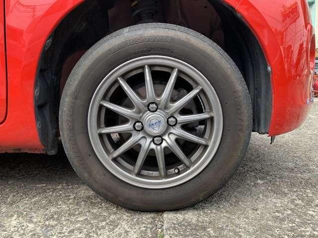 タイヤは現在、ちゃんと4本ついてます。社外の14インチAWにノーマルタイヤをはいており、タイヤ山はおおよそ各4分山程度、タイヤサイズは165/70R14となります。 スペアタイヤは車内に積んでおります