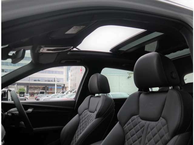 ●希少なパノラマサンルーフをオプション装備しております。開放感のある車内で、快適なカーライフをご満喫頂けます。