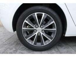 16インチのツートーンカラーのアルミホイールを標準装備しています。タイヤサイズは前後共に205/55 R16です。