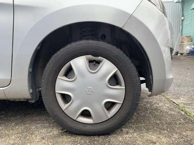 タイヤはノーマルタイヤをはいており、タイヤ山はおおよそ各4分山程度、タイヤサイズは155/65R13となります。 スペアタイヤは車内に積み込んでおります。 試乗、現車確認、冷やかし、素通り大歓迎です!