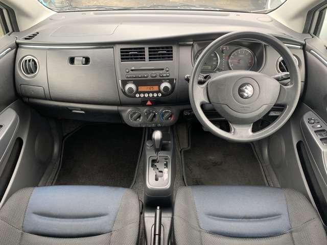 内装も中古車ですので全体的にうす汚れ擦れ使用感があり、各フロアに汚れしみ多、運転席助手席にへたりやしみ多、天張りに擦れ汚れ焦げあとなどがあり、前席やフロアのしみ汚れが少し目立ちますが一般的とも思います