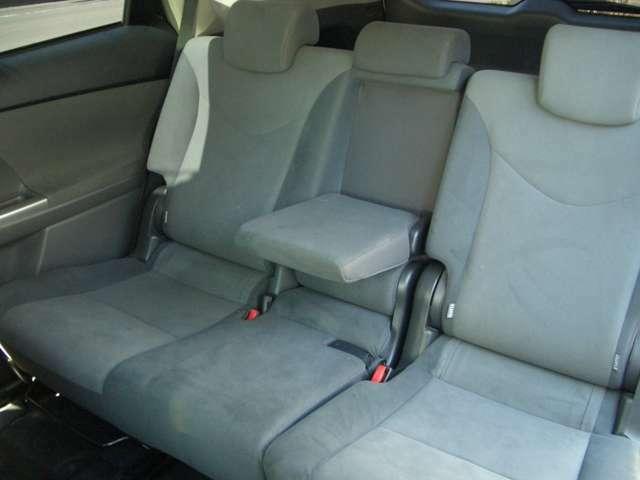 後部座席にもアームレストが付いていますよ!お見積もり、車の詳細などご不明点は無料電話:0066-9711-227179までお気軽にお問合せください♪
