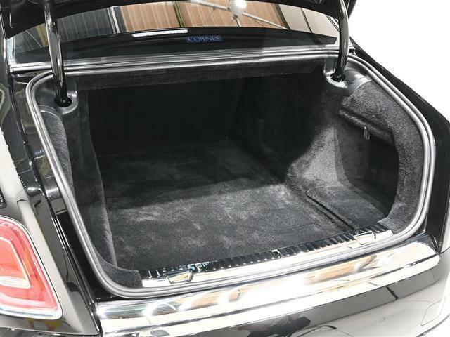 トランクはオートゲート機能。トランクルームは奥行き、幅共に広く確保されております