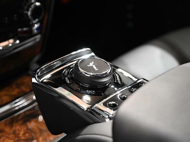 ナビ設定やカメラシステム起動、車高調整スイッチはこちらから操作します