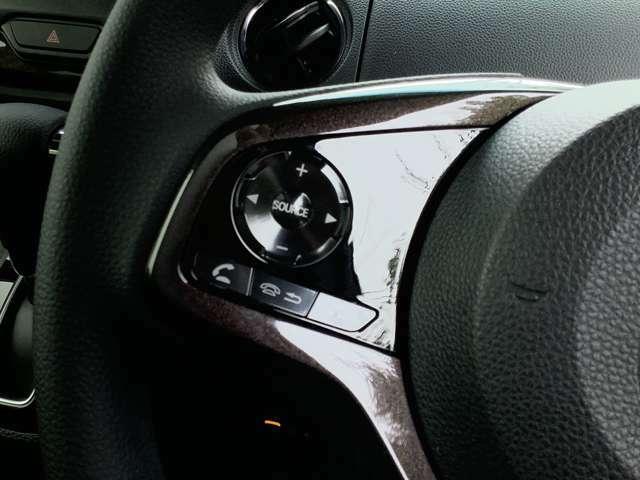 オーディオの音量調節、ハンズフリー操作などはステアリングスイッチで簡単に操作ができます!