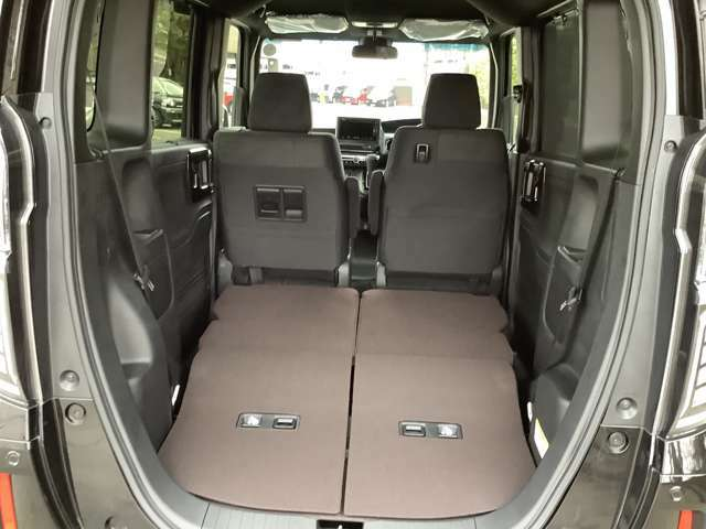 後席シートを倒すとより広く多くの荷物を載せることができます!