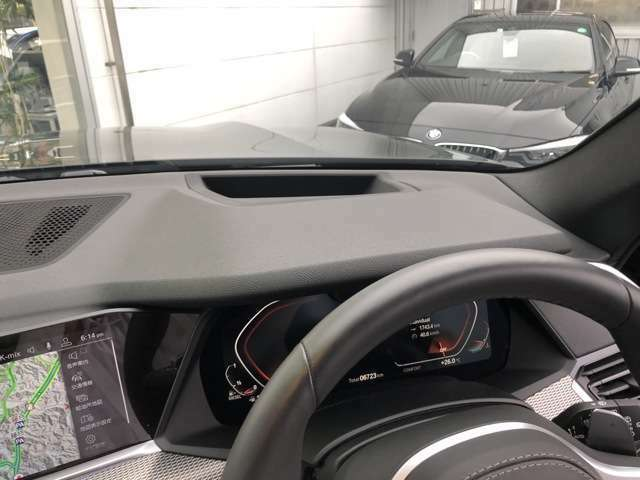 ヘッドアップディスプレイ。常に路面を注視する視線移動を減らすことで安全性と快適性が高まり、卓越したパフォーマンスに集中してドライブを愉しむことができます。(速度制限情報は表示されません。)
