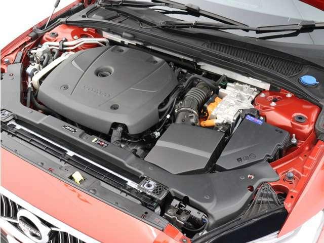 ターボチャージャーとスーパーチャージャーを備えた186kW(253ps)/350Nm(35.7kgm)のパワフルなガソリンエンジンと、65kW(87ps)/240Nm(24.5kgm)の電気モーター。