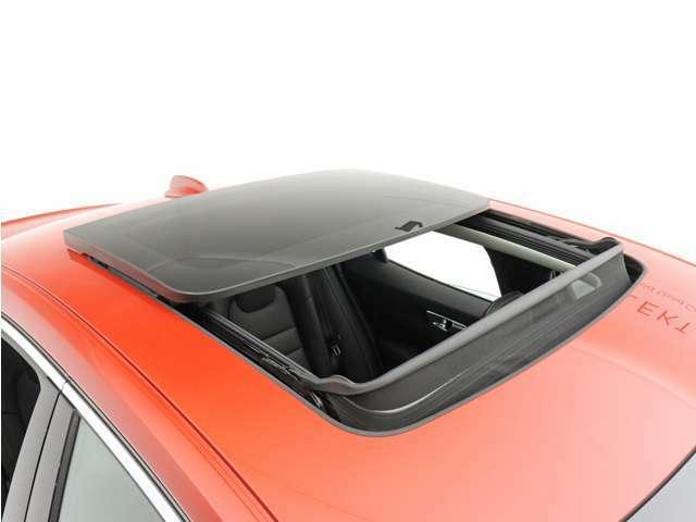 チルトアップ機構付電動パノラマ・ガラス・サンルーフは、閉じているときには濃色ガラスによって不快な眩しさを抑え、開け放てばキャビンをさらに爽快感あふれる空間へと一変させます。