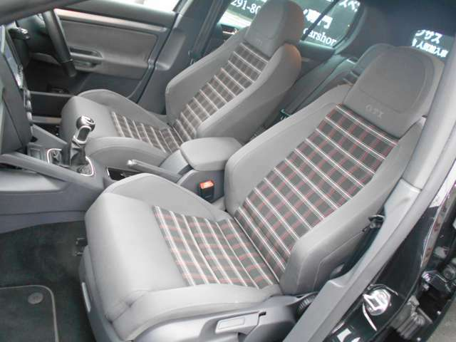 RECARO社と共同開発のセミバケットシートはホールド性もよく、非常にしっかりしていて、シートの状態も使用感がなく汚れや摩耗がありません。腰痛持ちの方にも評判が良く長距離のロングドライブも疲労感がありません