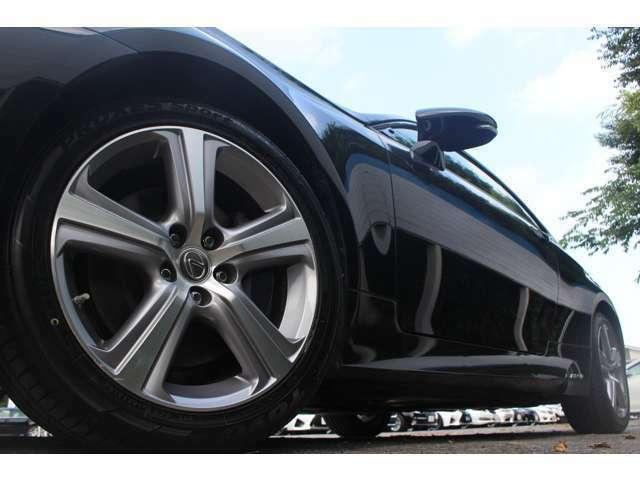 純正18インチアルミ&新品タイヤ装着♪週末見に行こうかなと思っている車は見つけた時点ですぐにご連絡下さい!お客様が見ていいなと思う物は他のお客様もいいと思っています。見つけたその時がタイミングです!