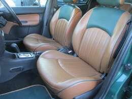 ローラン・ギャロス専用の2トーンカラーの本革シートとなっております♪シートにはローラン・ギャロスの刻印もございます♪運転席・助手席共に本革シートにキレや焦げ穴等も無くキレイな状態になっております♪