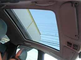 特徴的な大型のガラスルーフが、ローラン・ギャロスには標準装備されております♪後部座席の上部まで届く大きさで、とても開放的です♪電動サンシェードも装備されております♪