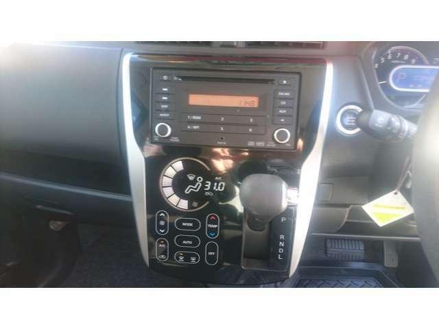 快適なドライブ演出をしてくれる純正CDオーディオや温度設定もひと目で分かる液晶オートエアコン付きです。