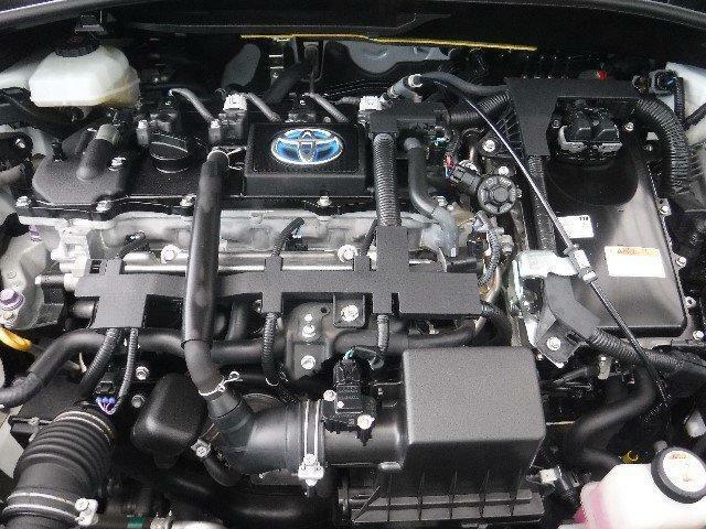 1800ccのガソリンエンジンと高出力モーターのハイブリッドシステムを搭載しています。ていねいなクリーニングで、エンジンルームもピカピカです。