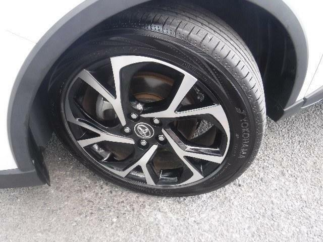 225/50R/18サイズのタイヤを装着しています。トヨタ純正アルミホイールがボディーデザインと融合します。