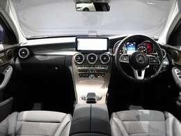 【美しいウッドインテリアトリム】流れるようなデザインのインストルメントパネル。プレミアムカーの上質な雰囲気が漂う車内。