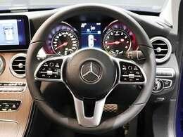 【本革巻ステアリング】アバンギャルドデザインのステアリングは、タッチコントロールボタン付き。運転中の動きを最小限に抑えて安全なドライブを!