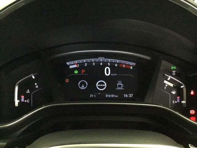 真ん中にスピードメーターを配した、見やすい3眼メーターになっています。中央のインフォメーション画面で燃費などの情報を確認できます。