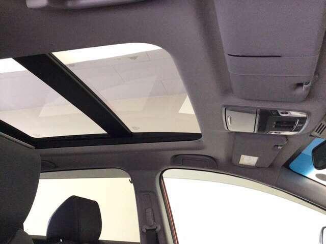 電動パノラミックサンルーフ付きです。スイッチ操作で天井部がスライドし、広大なサンルーフが出現。ガラス部はさらに電動で開閉でき、チルトアップ機構も備えています。