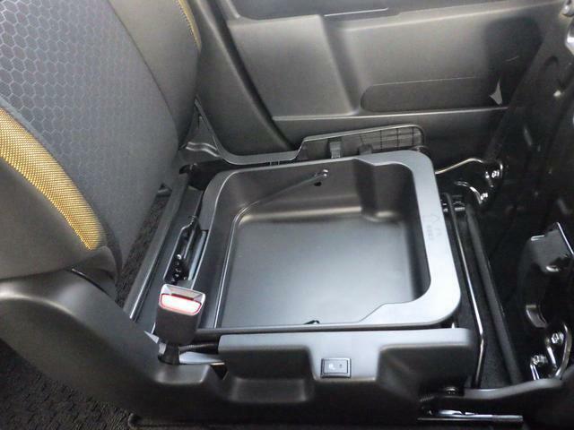 助手席下にボックスがあり、取り外しもできるので便利です。プラスチックですので塗れた物でも大丈夫です!!リヤシートに助手席も合わせて倒すとフラットになりますから長い荷物も収納可能になります。