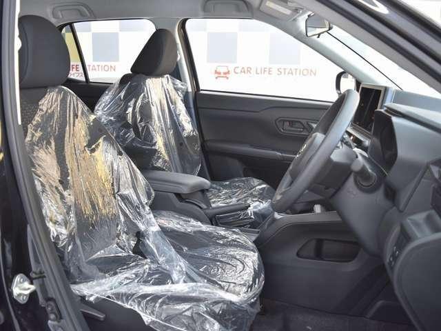 幅をたっぷりと確保したフロントシート、大きな背もたれでゆったりとできるリアシート、まるで車内に大きなソファ2列あるような空間、いそがしい毎日、車内にはくつろぎの時間が生まれます。
