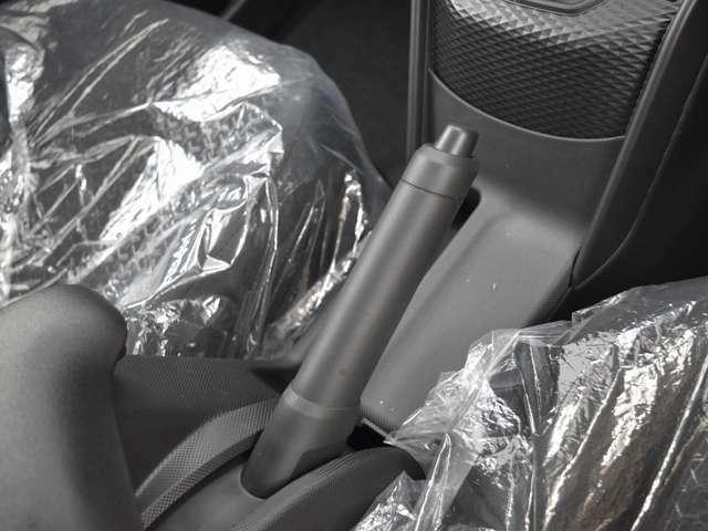 自然に操作のしやすいハンドブレーキを採用。しっかりとブレーキを掛けたという感触が安心するポイントにもなりますね。