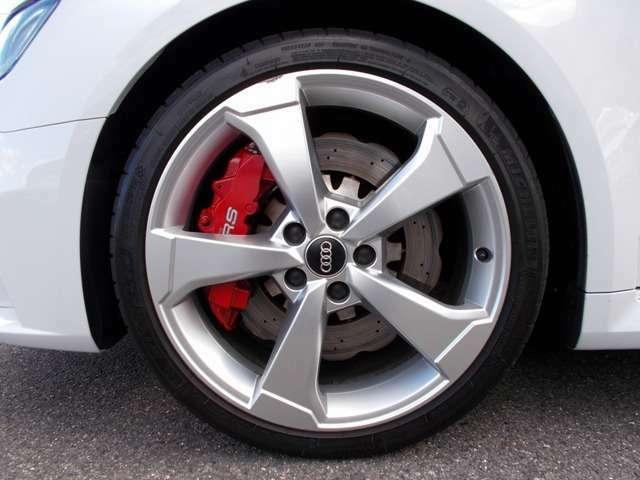 純正235/35R19タイヤ&ロゴ入りレッドブレーキキャリパー