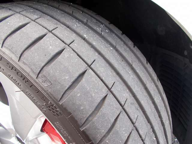 タイヤ溝しっかりと残っております。