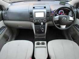 内装はアイボリーを基調とした明るくて清潔感のある車内になっております♪パネル類にも目立つキズや汚れ等も無くとてもキレイな状態です♪