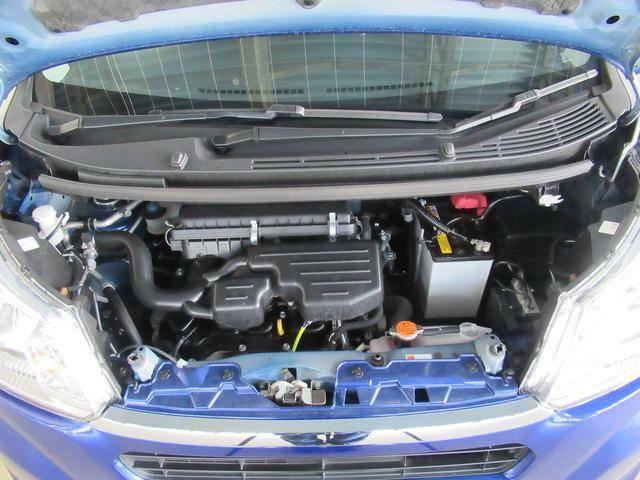 コンパクトながら洗礼されたエンジンを搭載し、無駄のないレイアウトで、JC08モードで27.6km/Lと低燃費を実現しています。